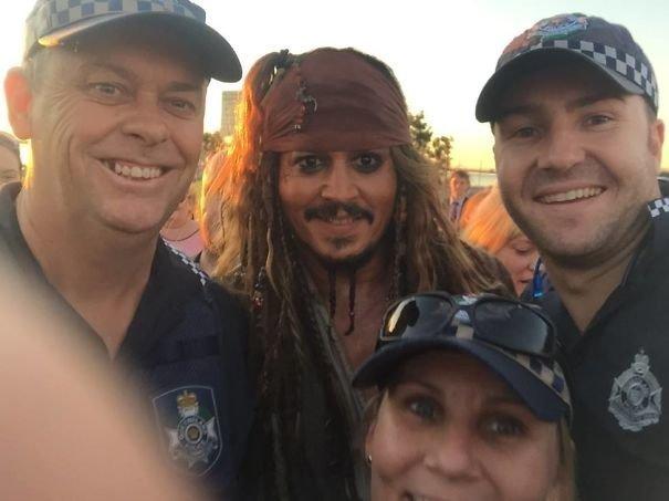 14. Джонни Депп просто гулял в перерыве между съемками по Квинсленду в костюме беглого пирата Джека Воробья. Местная полиция не преминула сделать селфи звезды, знаменитости, знаменитости дурачатся, известные люди, таланты и поклонники, тролли, троллинг, чувство юмора