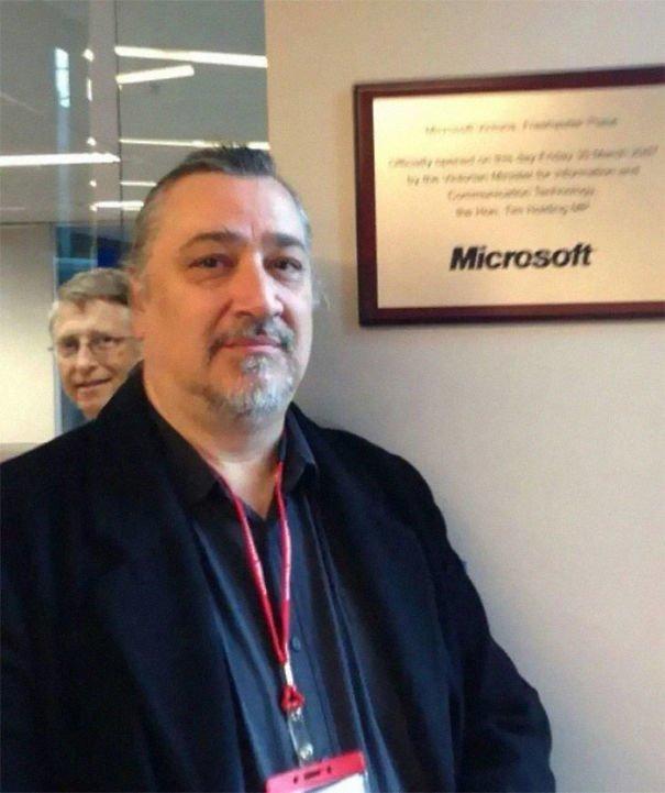 2. Мужчина фотографировался рядом с табличкой Microsoft, когда в кадр влез Билл Гейтс звезды, знаменитости, знаменитости дурачатся, известные люди, таланты и поклонники, тролли, троллинг, чувство юмора