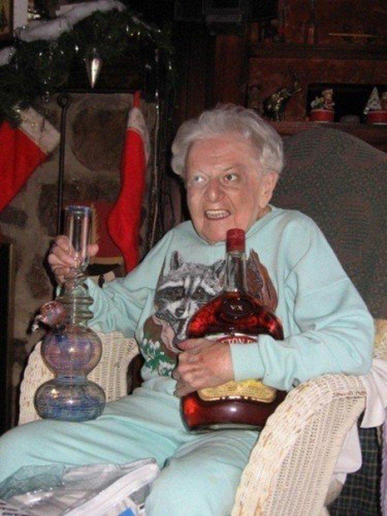 Ну и конечно же многие бабуськи не прочь выпить. Веселые, бабуськи, пенсия, прикол, старость, фото, юмор