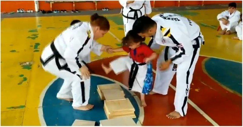 3-летняя поклонница тхэквондо пытается разбить дощечку ногой Пуэрто Рико, видео, дети, милота, позитив, прикол, тхэквондо, юмор
