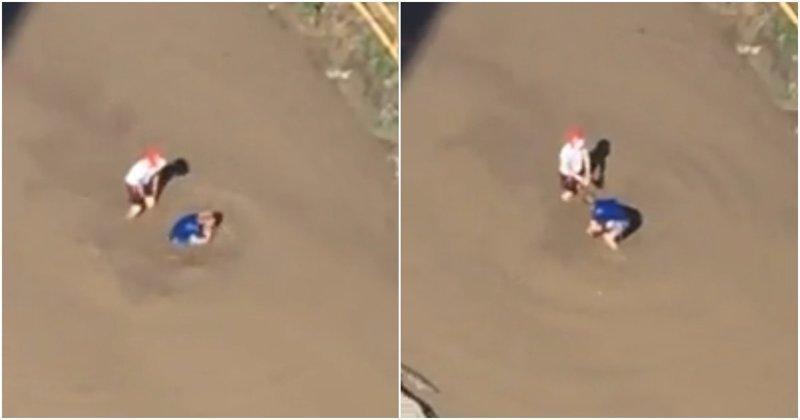 Барнаульские дети купаются в огромной грязной луже барнаул, видео, дети, купание, лужа, прикол, юмор