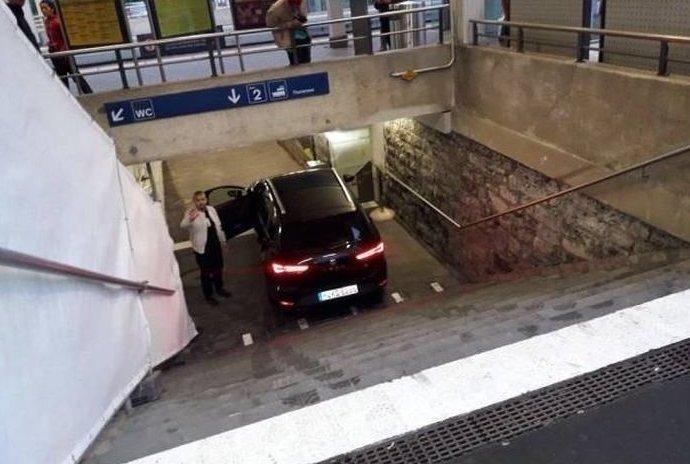 Фото для тех скептиков, которые утверждают, что в подземке невозможно припарковаться авто, гении парковки, мастера парковки, парковка, припарковались, удачно стоит