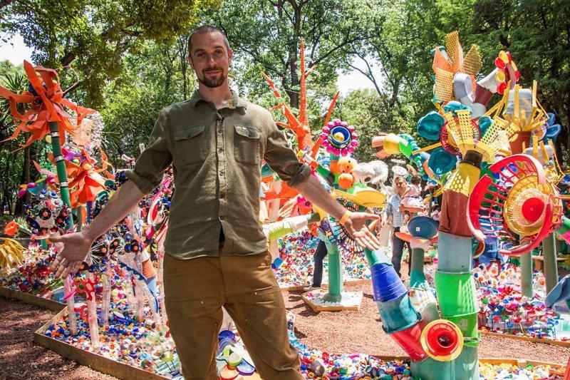 В Мехико 3 тонны пластиковых отходов превратились в разноцветный лес ynews, арт-проект, мехико, мусор, отходы, пластик, социальный проект, утилизация отходов