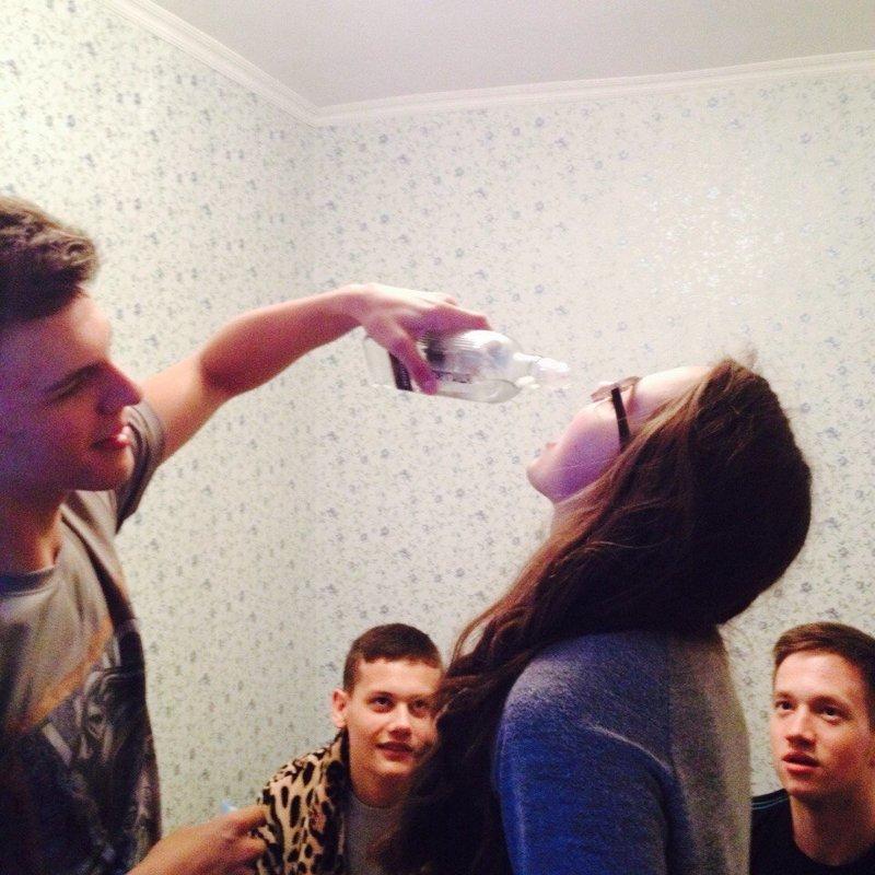 Разогретые парни разогревают девушек Вписка, алкоголь, девушки, молодость, прикол, студенты, тусовка, юмор
