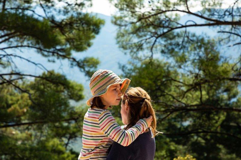 Мать лечит дочку-аутиста путешествиями аутизм, греция, мама и дочка, практическое обучение, путешествие, семейное воспитание, семья, трогательно