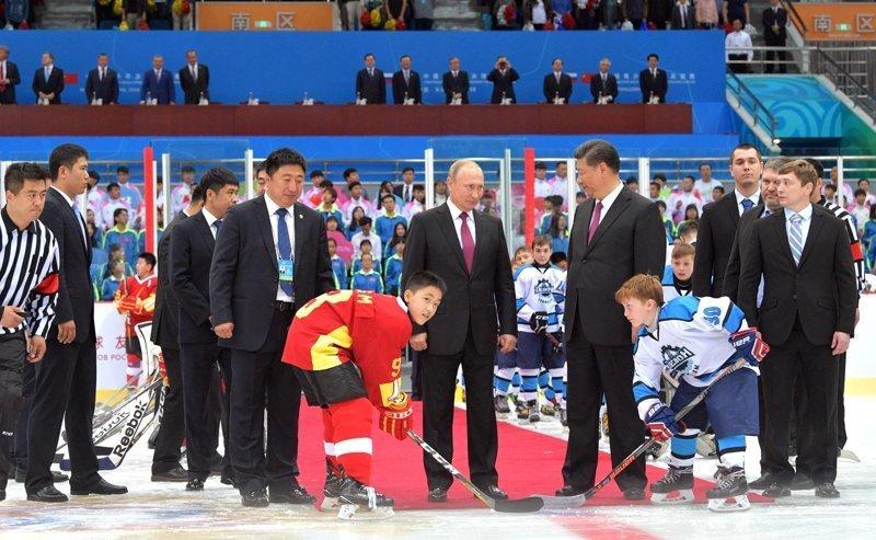 Кроме покатушек наш президент открыл хоккейный матч юниорских команд в КНР  ynews, видео, визит в Китай, интересное, китай, путин, фото
