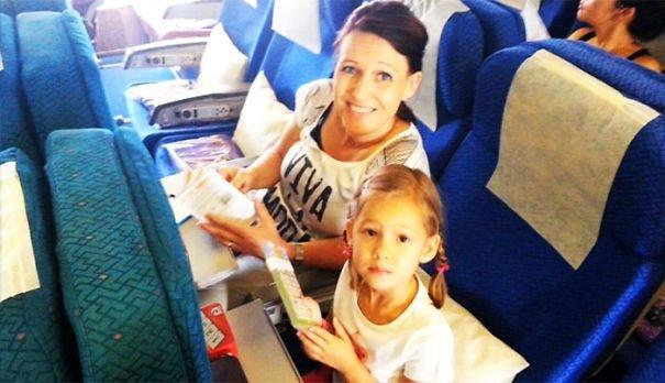 """7. Дейв Холли сделал последнюю фотографию своей жены и 4-летней дочки, отправляя их в """"путешествие мечты"""" на борту MH17, сбитого над территорией Украины жуткие моменты, за мгновение до, за секунду до, за секунду до смерти, катастрофы, печальные кадры, трагедии"""
