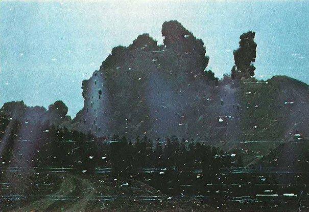 1. Фотограф Роберт Ландсбург снял стену пепла во время катастрофического извержения вулкана Святой Елены (Сент-Хеленс) 18 мая 1980 года. Фотограф погиб при извержении, но сохранил пленку, накрыв ее своим телом жуткие моменты, за мгновение до, за секунду до, за секунду до смерти, катастрофы, печальные кадры, трагедии