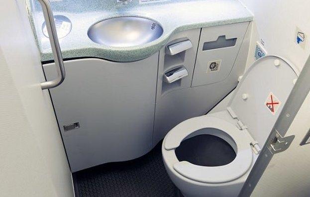 Самолет облил водительницу содержимым туалета автопроисшествие, инцидент, канада, канализация, под крылом самолета, происшествие, протечка канализации, туалетная история