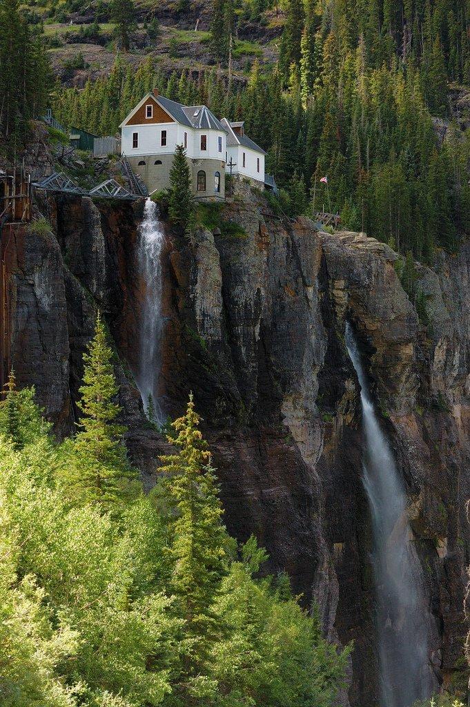 Дом у водопада в Колорадо дом, интересное, красиво, обрыв, строения