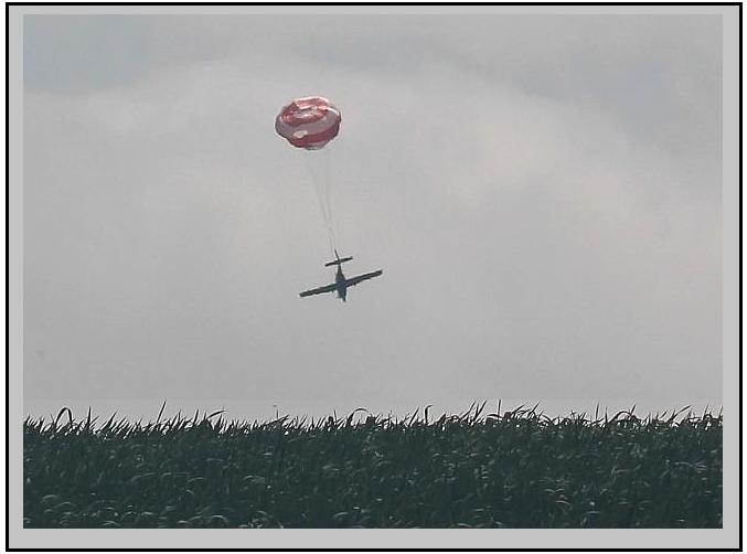 Необычная  посадка самолета на  парашюте новости со всего мира, парашют, самолет