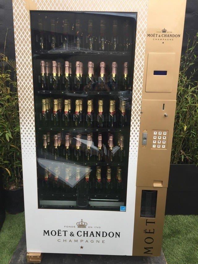 14. Это автомат со встроенным сканером ID и в нем можно купить шампанское Вендинговые автоматы, С миру по нитке, вендинговый аппарат, вот это да!, до чего техника дошла, познавательно, торговые автоматы, торговый автомат