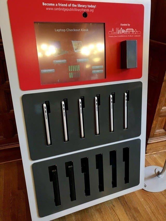 9. Вендинговый аппарат в библиотеке позволяет людям брать напрокат ноутбуки Вендинговые автоматы, С миру по нитке, вендинговый аппарат, вот это да!, до чего техника дошла, познавательно, торговые автоматы, торговый автомат