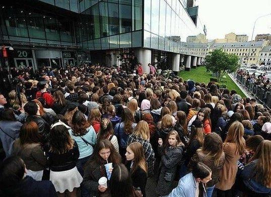 Это не очередь в библиотеку - люди собрались на открытие BUZfood BUZfood, бузова, знаменитости, молодежь, ресторан, страшно, халява