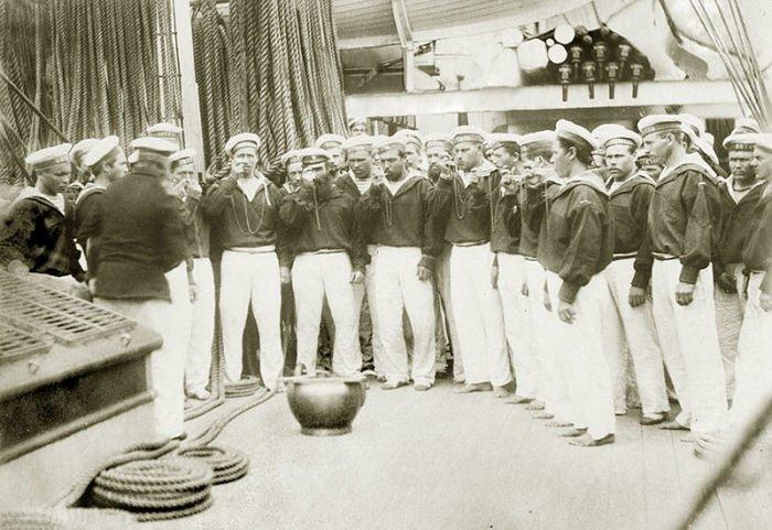 Матросы российского корвета «Витязь» стоят у ендовы, 1880-е гг. водка, вокруг света, история, россия