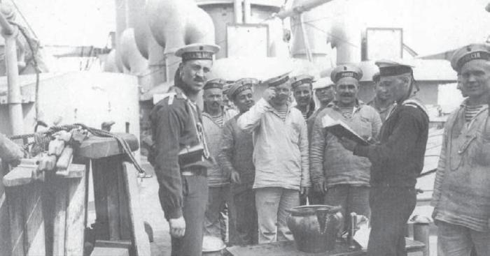Экипаж российского броненосного крейсера «Россия» стоит в очереди на получение казенных чарок водки водка, вокруг света, история, россия