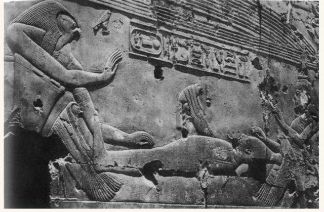 Да-да, это богиня Исида в виде птицы занимается с сексом с …. мумией Осириса. И зачинает бога Гора.   Черно-белый вариант с другого ракурса секса богов. Сам бог Гор странным образом присутствует при собственном зачатии. древний египет, интересно, история