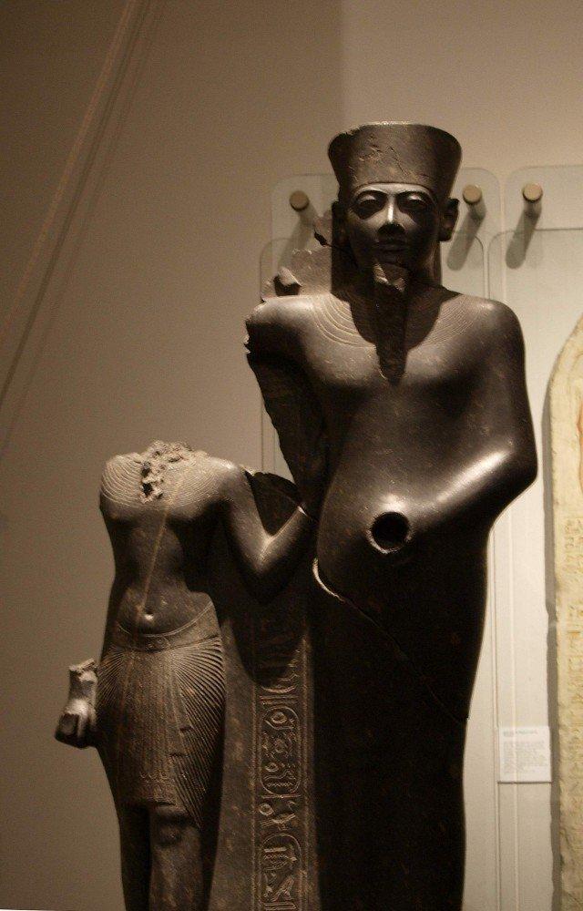 Еще одно доказательство присутствия второй руки. Правда фаллос ему тут оторвали….  Cкульптурная группа: бог Мин и фараон Хоремхеб. XIV в. до н.э.  древний египет, интересно, история