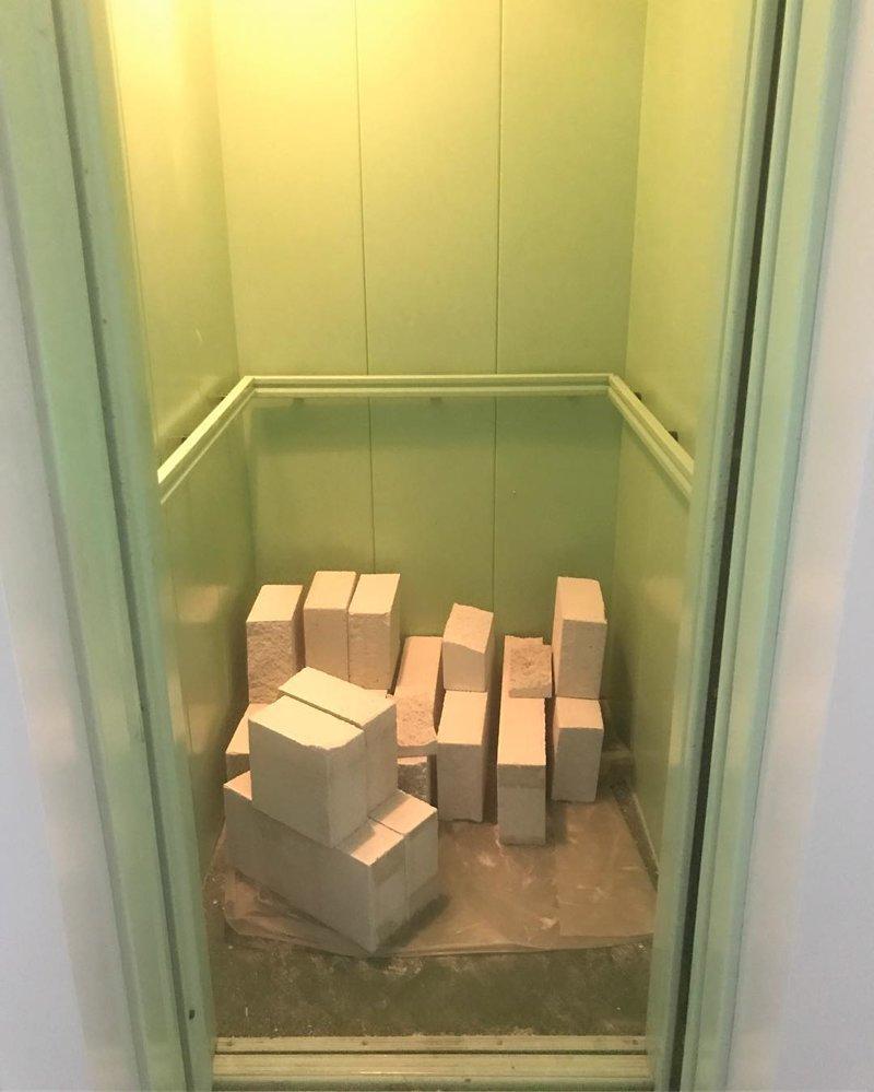 А как вы хотели? Живете в многоэтажке, привыкайте к кирпичам-пассажирам в лифте архитектура, кто так строит, смешно, соседи, юмор