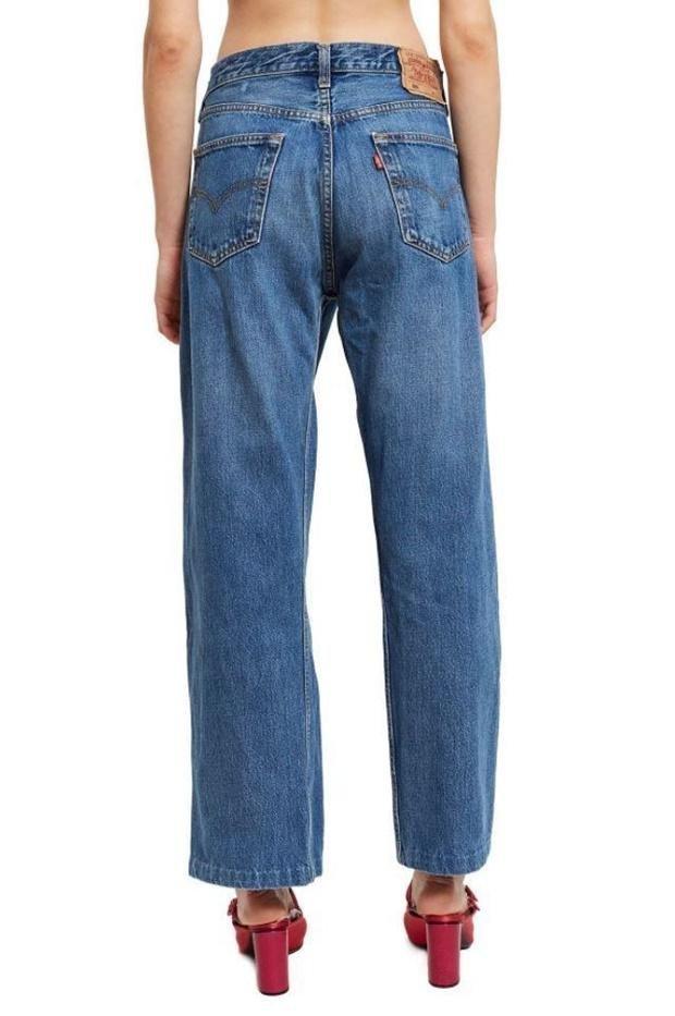 Обычная цена штанишек составляет 627 долларов, но по текущей акции их продают за 236 долларов. trend, джинсы, дизайнеры, мода, модные новинки, одежда, странно, странные вещи