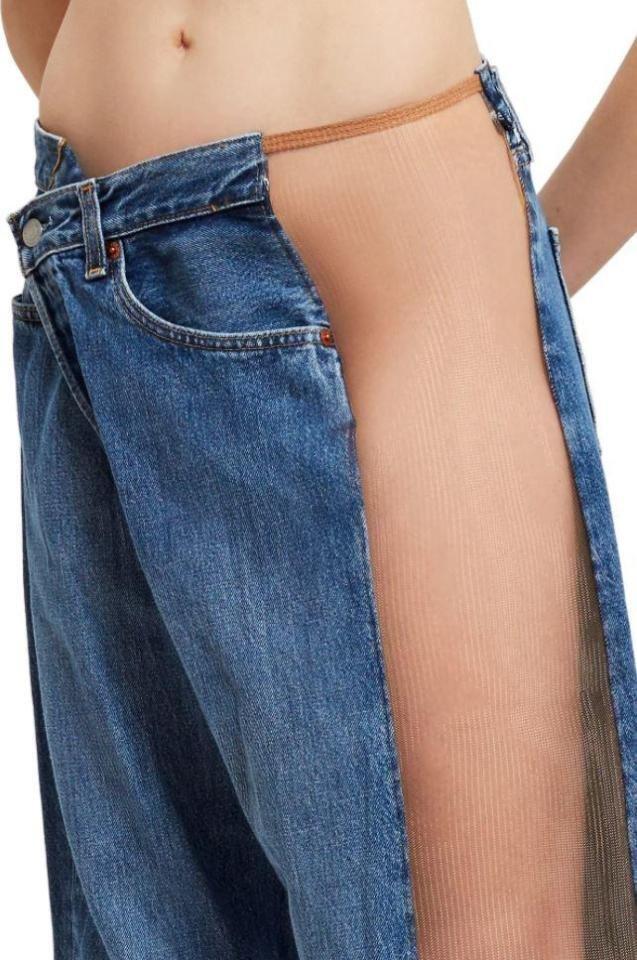 Ношение нижнего белья такие джинсы не предусматривают, так как вставки полностью оголяют бедро и ногу trend, джинсы, дизайнеры, мода, модные новинки, одежда, странно, странные вещи
