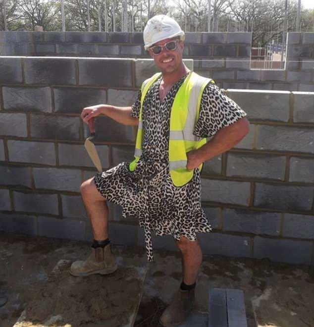 Каменщики нашли оригинальную замену запрещенным шортам каменщики, необычно, остроумно, права рабочих, рабочая одежда, рабочие в юбках, равенство полов, техника безопасности
