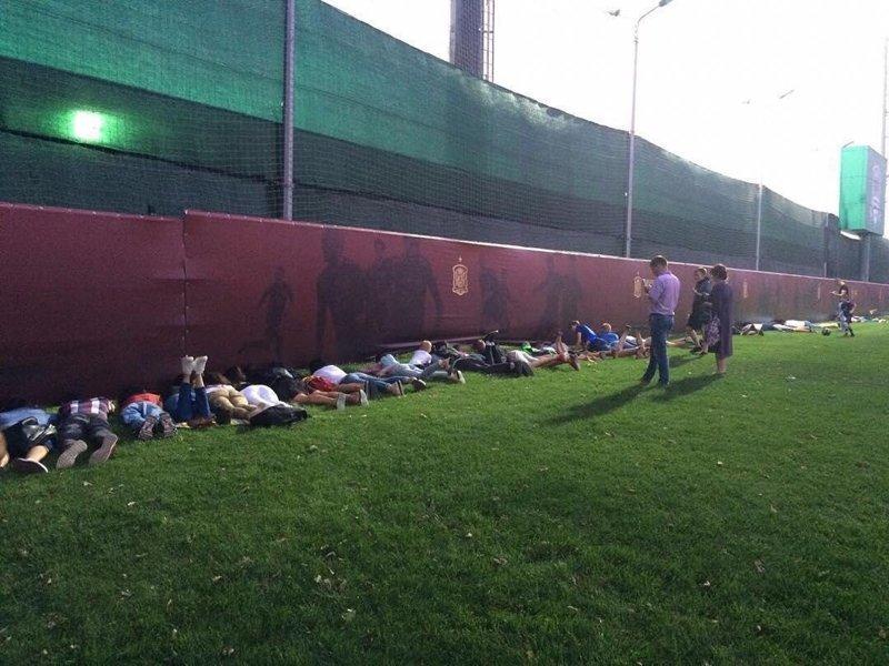 Так выглядела открытая тренировка сборной Испании в минувшую пятницу. Места на трибуне хватило не всем. гости, россия, спорт, футбол, чемпионат мира, чм-2018, юмор