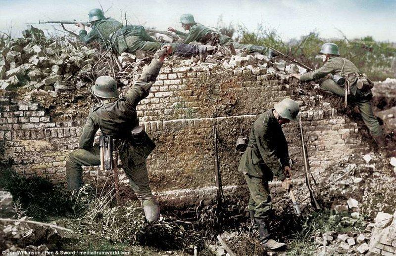 Немецкие ударные части наступают, перебравшись через колючую проволоку война, история, колоризация, колоризированные фото, первая мировая война, ретро фото, старые фотографии, фото