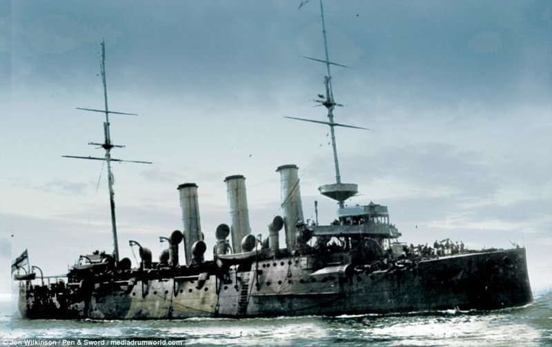 Британский крейсер HMS Vindictive под командованием вице-адмирала сэра Роджера Кейса. В апреле 1918 британцы совершили на нем рейд против немецких баз в бельгийском городе Зебрюгге, но безуспешно. война, история, колоризация, колоризированные фото, первая мировая война, ретро фото, старые фотографии, фото