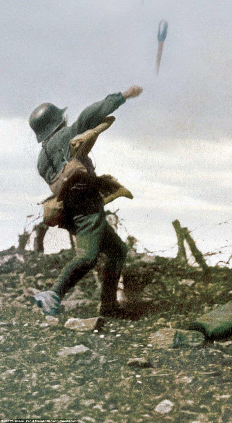 Немецкий солдат бросает гранату над колючей проволокой, защищающей британские окопы война, история, колоризация, колоризированные фото, первая мировая война, ретро фото, старые фотографии, фото
