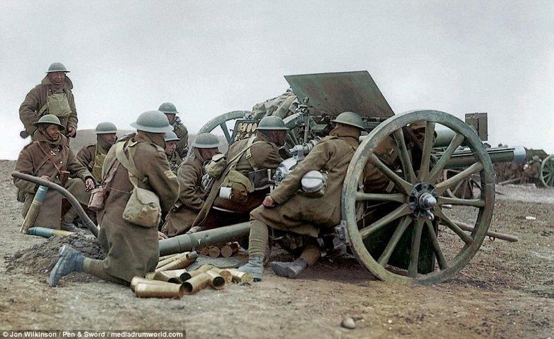 Британская батарея из 18-фунтовых полевых пушек на поле битвы на реке Сомме, Франция, октябрь 1918 года война, история, колоризация, колоризированные фото, первая мировая война, ретро фото, старые фотографии, фото