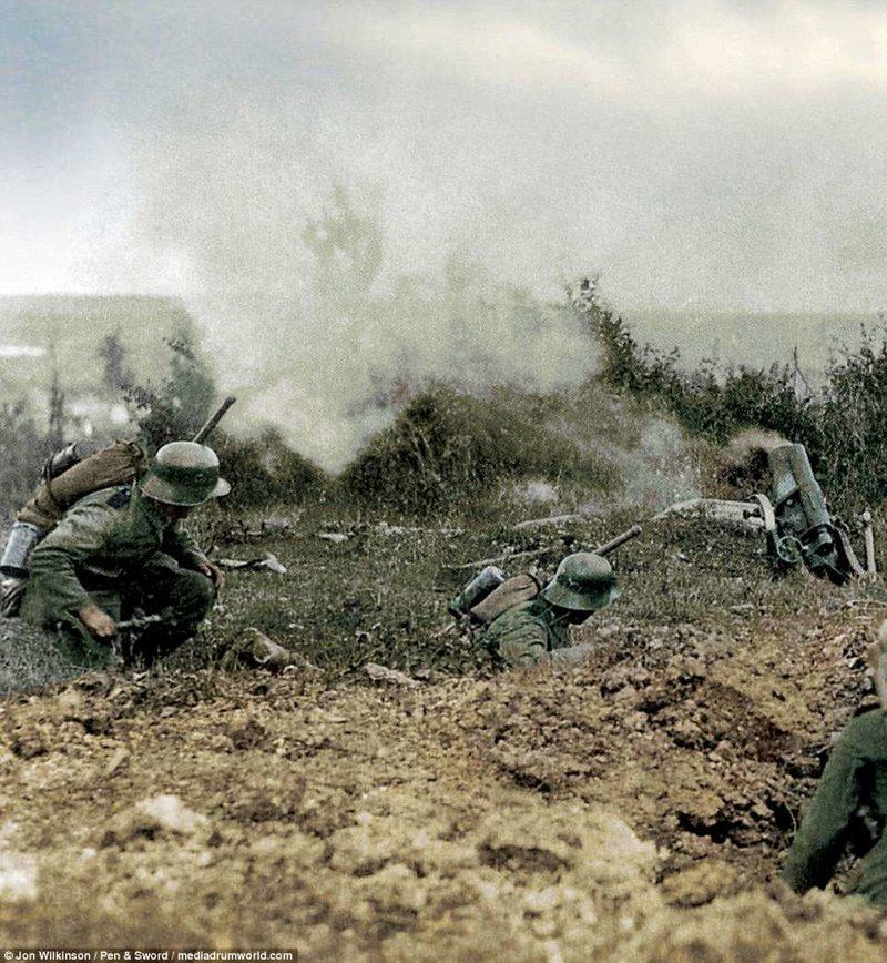 Немцы и 17 cm mittlerer Minenwerfer (17-сантиметровый средний миномёт - справа) война, история, колоризация, колоризированные фото, первая мировая война, ретро фото, старые фотографии, фото