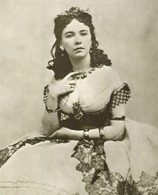 Кора Перл - английская куртизанка, известная тем, что ее, обнаженной, выносили в зал ресторана на серебряном блюде. В ее списке богатых покровителей множество известных имен того времени, включая принцев, герцогов и прочей знати женщины, интересное, исторические фото, история, куртизанки, факты, фото