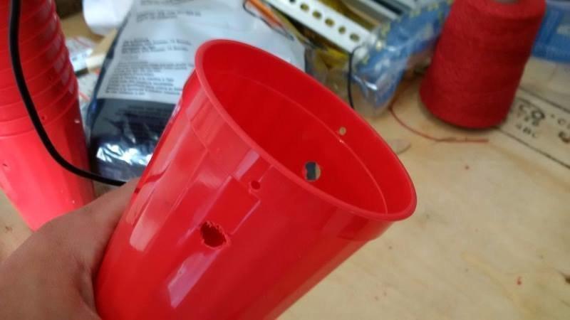 Шаг 2: Просверлите отверстия в контейнере идея, комары, ловушка, полезное, сделай сам