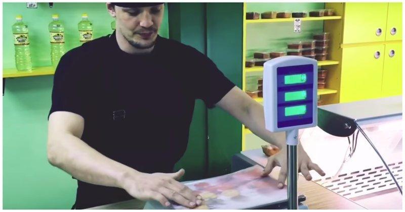 Один из способов обмана покупателей при помощи электронных весов весы, видео, интересное, мясо, обман, покупатель, продавец, электронные весы