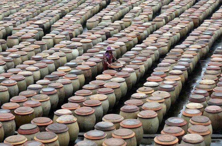14. Производство соевого соуса традиционным способом в Китае азия, заводы, индия, китай, масштабы, производство, фабрики китая, фото