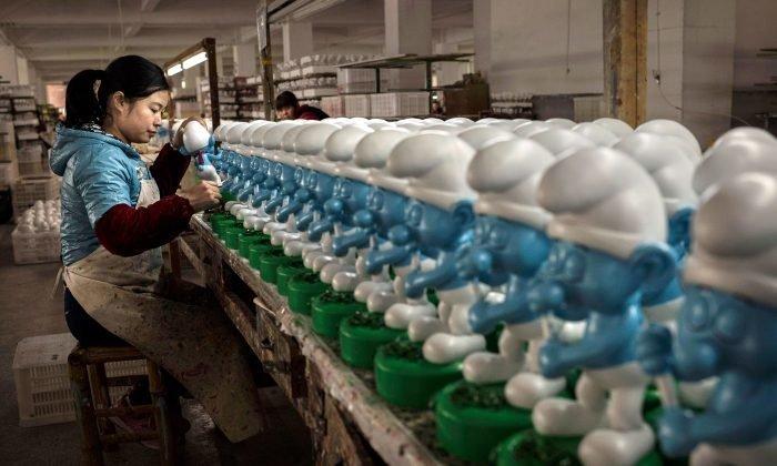 12. Сотрудница фабрики в Фуцзян, Китай, раскрашивает игрушки азия, заводы, индия, китай, масштабы, производство, фабрики китая, фото