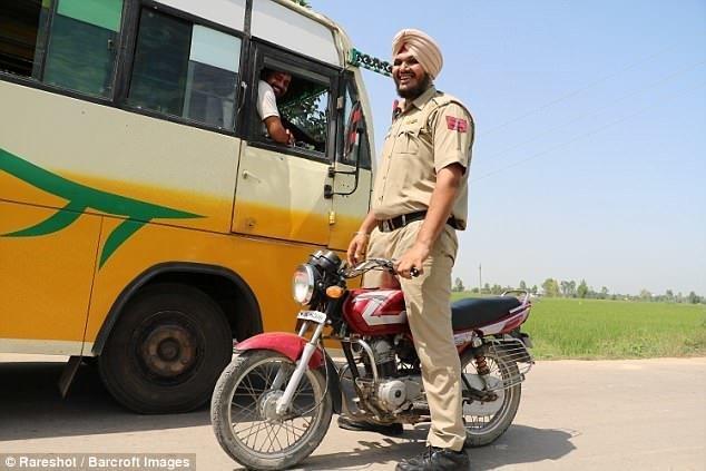 Ранее самым высоким в мире дорожным полицейским считался житель индийского штата Харьяна Раджеш Кумар, который на два дюйма ниже Сингха. высокие люди, высокие люди мира, высокий рост, индия, полицейский, полиция, рекорды, фото