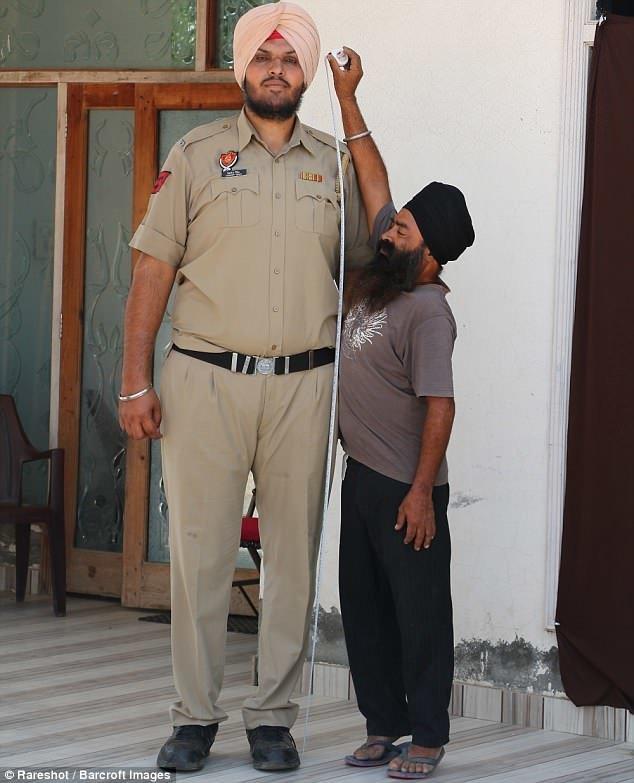 У закона длинные не только руки, но и ноги! Знакомьтесь - индийский дорожный полицейский Джагдеп Сингх. высокие люди, высокие люди мира, высокий рост, индия, полицейский, полиция, рекорды, фото