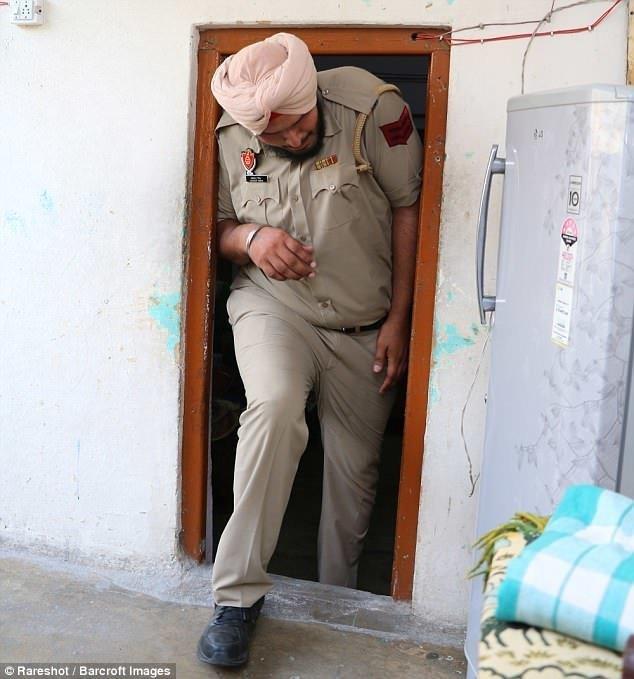 """Индийского дядю Стёпу называли """"монстром"""" в соцсетях, но он не обращает внимания на негатив высокие люди, высокие люди мира, высокий рост, индия, полицейский, полиция, рекорды, фото"""