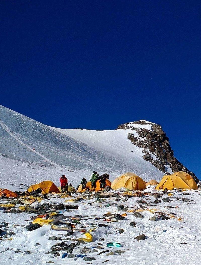 """Анг Церинг, бывший президент """"Ассоциации альпинистов Непала"""", видит решение проблемы в найме специальных рабочих альпинист, вершина, гималаи, загрязнение, мир, мусор, свалка, эверест"""