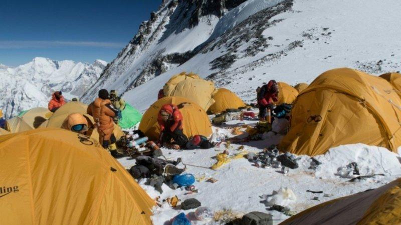 Палатки, альпинистское снаряжение, пустые газовые канистры и даже человеческие экскременты засоряют проторенный маршрут к вершине пика высотой 8848 метров альпинист, вершина, гималаи, загрязнение, мир, мусор, свалка, эверест