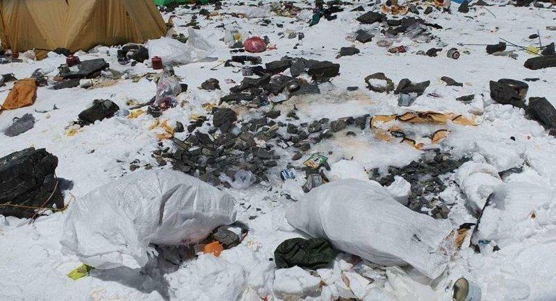 В лучшем случае половина альпинистов спускает свой мусор с горы альпинист, вершина, гималаи, загрязнение, мир, мусор, свалка, эверест
