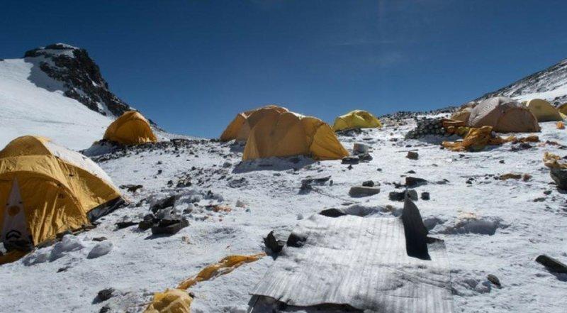 В прошлом месяце команда из 30 человек собрала 8,5 тонн отходов на северном склоне Эвереста альпинист, вершина, гималаи, загрязнение, мир, мусор, свалка, эверест