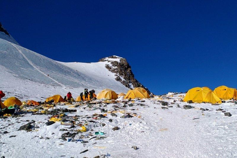 Десятилетия коммерческого альпинизма оставили после себя грязный след на Эвересте альпинист, вершина, гималаи, загрязнение, мир, мусор, свалка, эверест