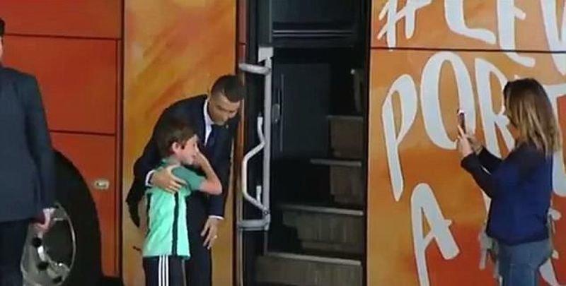 Этот сентиментальный поступок произошел перед самым вылетом в Россию видео, дети, криштиану роналду, поклонник, поступок, спорт, фанат, футбол