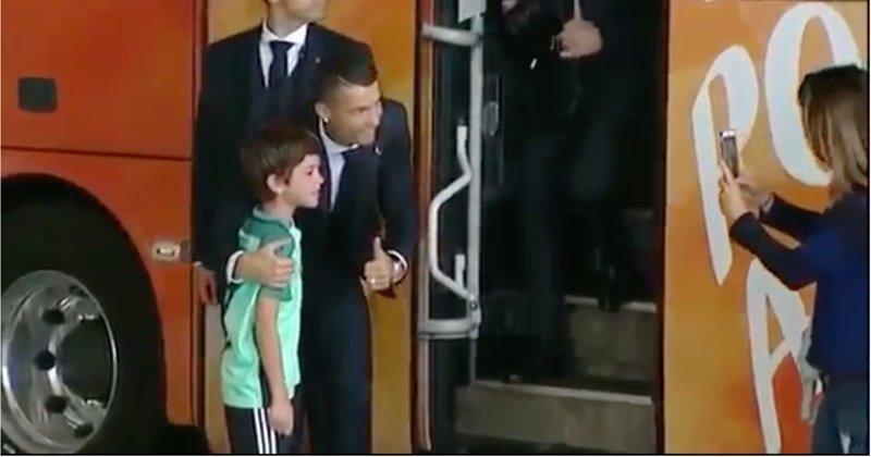 Криштиану Роналду задержал автобус своей команды, чтобы успокоить плачущего ребенка видео, дети, криштиану роналду, поклонник, поступок, спорт, фанат, футбол