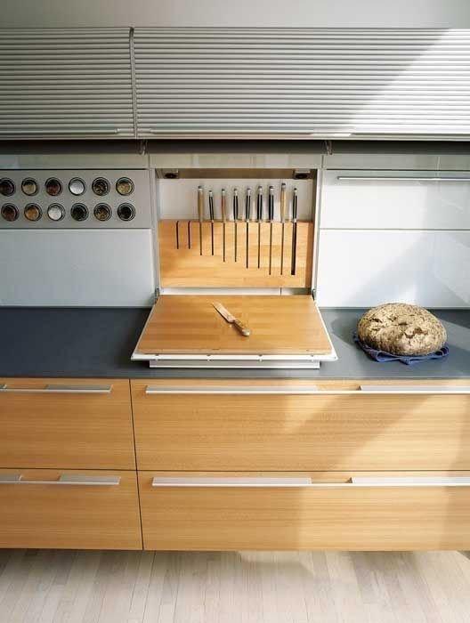 Начнем с кухни. Мне понравилась идея с размещением ножей - ведь не обязательно ставиь на стол огромную коробку с кучей торчащих в ней ножей, их можно разместить по-другому, экономя место Фабрика идей, дом, кухня. пространство, приспособления, экономия