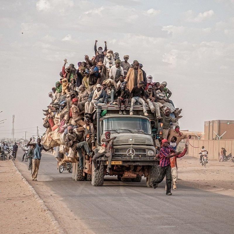Финалист. «Миграция». Мигранты проезжают через Агадес в Нигере. Автор фото: Харальд Мандт LensCulture, в мире, конкурс, люди, уличное фото, фото
