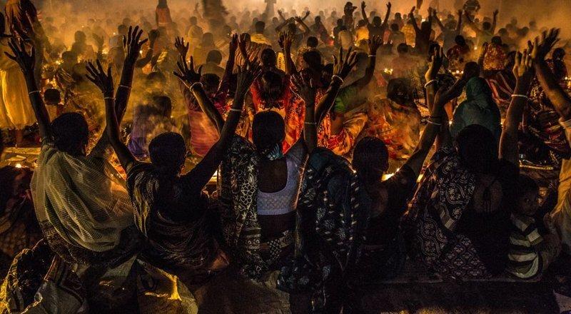 Финалист. «Rakher Upobas» (индуистский фестиваль). Автор фото: Танмой Дас LensCulture, в мире, конкурс, люди, уличное фото, фото